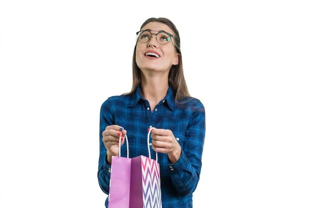 쇼핑 봉투와 함께 행복 한 젊은 여자