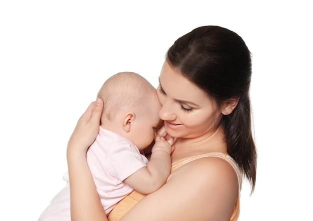 白のかわいい赤ちゃんと幸せな若い女