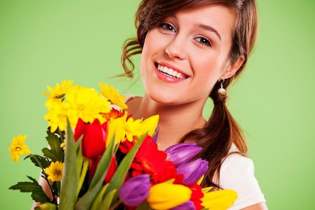 花と幸せな若い女性