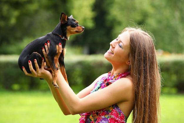 Счастливая молодая женщина с ее собакой