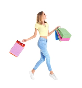 Счастливая молодая женщина с хозяйственными сумками на белом фоне