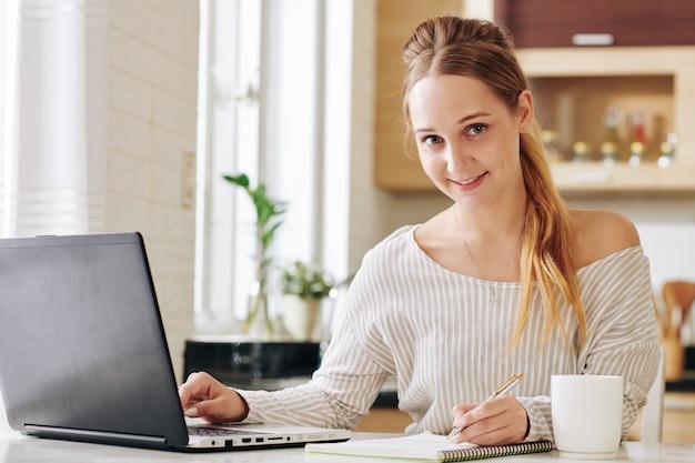 Счастливая молодая женщина, работающая