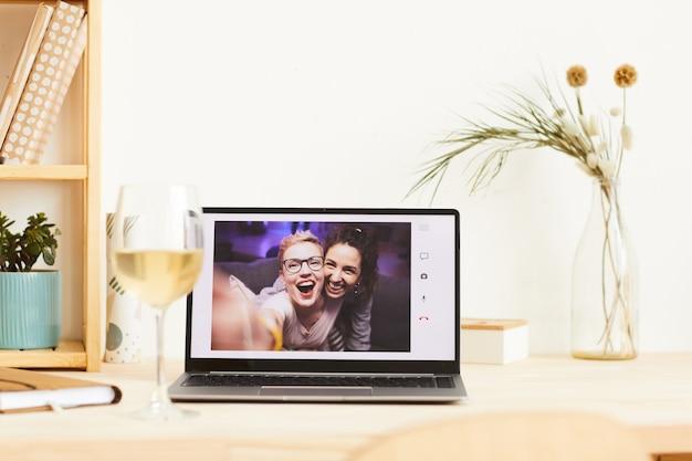 Счастливые молодые женщины на портативном компьютере, улыбаясь и веселятся во время онлайн-чата