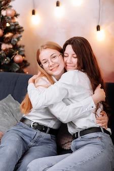 흰색 셔츠와 청바지 축하 여성의 날 입고 행복한 젊은 여성