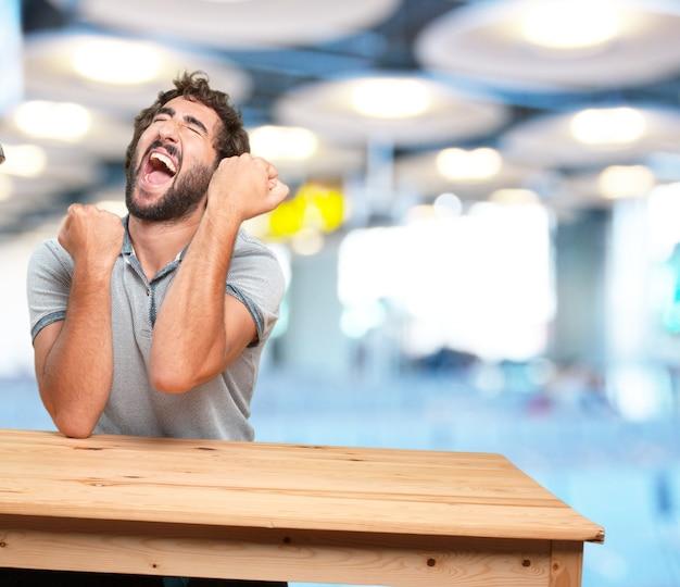 テーブル.happy発現と狂気の若い男