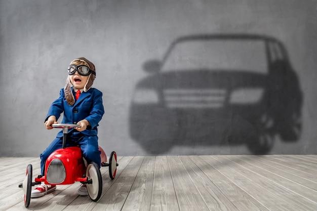 幸せな子供は運転手になりたいです。面白い子供はパイロットになることを夢見ています。