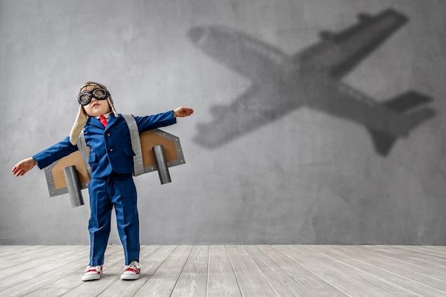 幸せな子供はパイロットになりたいです。面白い子供は飛行士になることを夢見ています。