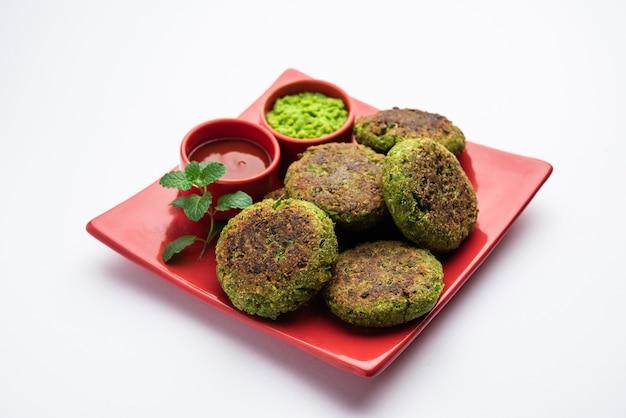 Хара бхара кабаб или кебаб - это рецепт индийской вегетарианской закуски, который подается с чатни из зеленой мяты. выборочный фокус