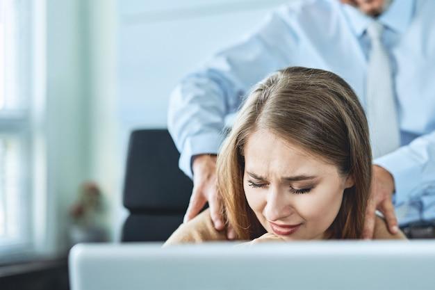 사무실에서 직장에 앉아있는 그의 비서에 대한 상사에 의한 괴롭힘