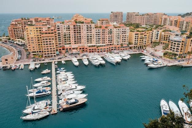 モナコカルロモナコのヨットとボートのある港