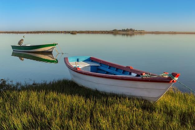 Гавани и рыбацкие лодки на берегу. морской залив