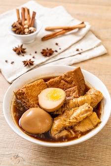 ゆで卵、ブラウンソースまたはスイートグレービー