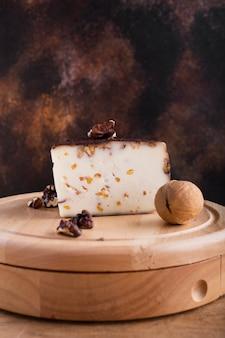 Твердый сыр с орехами