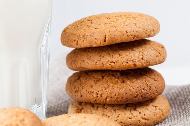 オートミールと小麦粉で焼いたハードクッキー、甘くないが砂糖を加えたドライでカリカリのクッキー、テーブルの上の低カロリーオートミールクッキー、クローズアップ