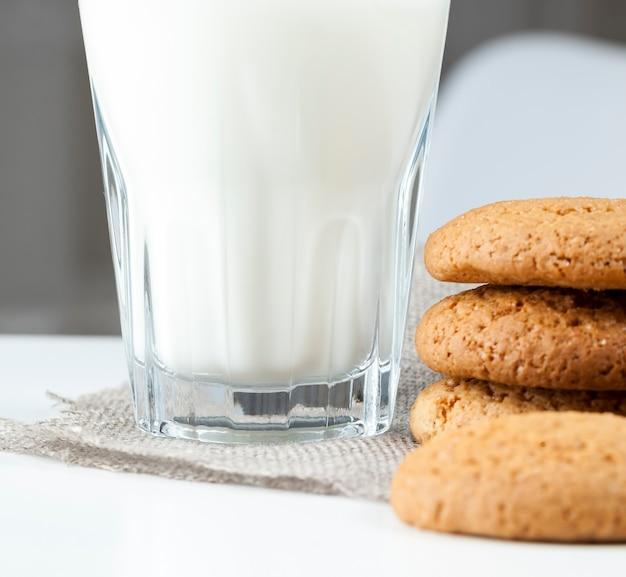オートミールと小麦粉で焼いたハードクッキー