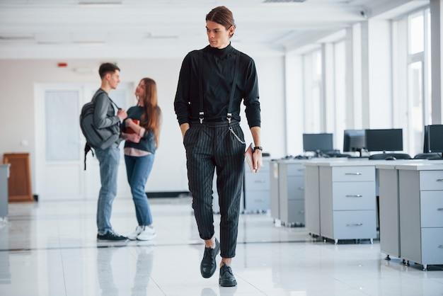 힘든 날. 휴식 시간에 사무실에서 걷는 젊은 사람들의 그룹입니다.
