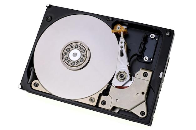 하드 디스크 드라이브가 분리되었습니다. 보호 덮개가없는 컴퓨터의 hdd 데이터 저장소는 장치 내부의 자기 디스크와 전자 부품을 보여줍니다.
