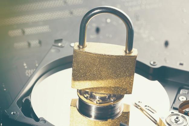 南京錠が付いたハードディスクドライブプレート
