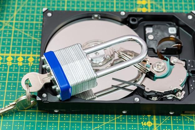 잠금 장치가 있는 하드 디스크 드라이브. 랜섬웨어 바이러스, 데이터 보호 개념