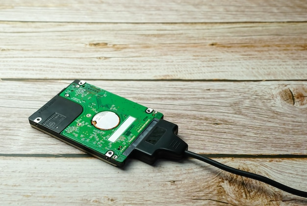 백업을 위한 나무 외부 하드 드라이브에 하드 디스크 sata 케이블