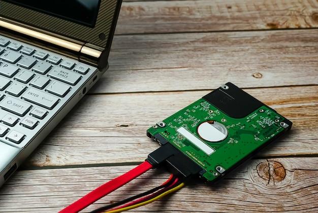 백업을 위한 목제 외부 하드 드라이브에 노트북을 가진 하드 디스크 sata 케이블