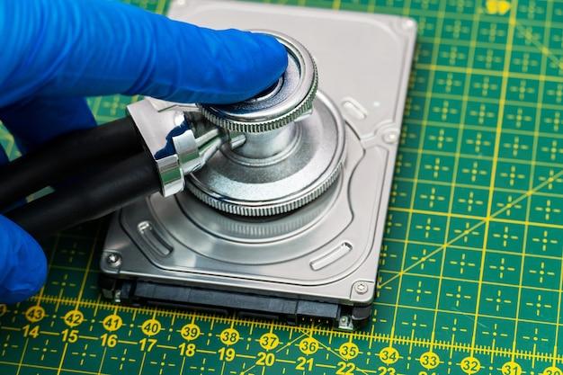 청진기로 하드 드라이브 진단. 복구, 손실된 데이터 검색, hdd 수리 서비스의 정보