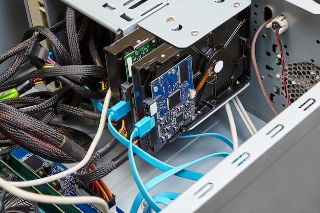 하드 드라이브는 컴퓨터 시스템 장치 내부에 설치됩니다.