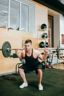 ハードジムトレーニングボディービルの男のコンセプト。アスリートのライフスタイル。目標を達成するためのすべて。
