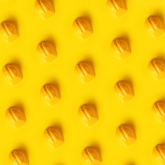 노란색 배경 위에 하드 모자 패턴