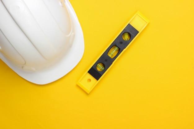 黄色のスタジオの建物レベルのヘルメット