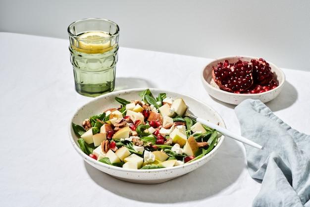 Жесткий свет, фруктовый салат с орехами, сбалансированное питание, чистое питание. шпинат с яблоками