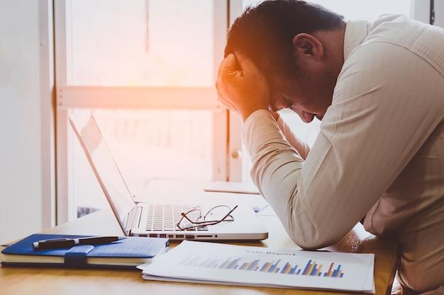 연구에서 분석에 대해 열심히 생각하십시오. 사무실에서 젊은 사업가 강조