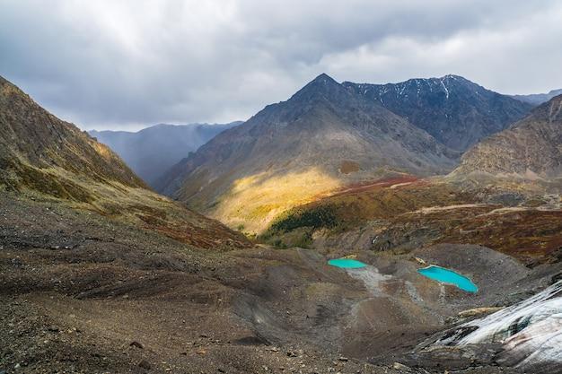 高山を背景に、手が届きにくい青い澄んだ山の湖。高地の谷に湖がある雰囲気のある秋の風景。
