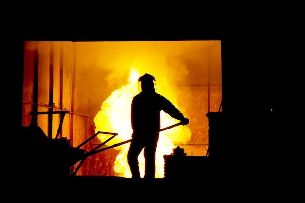 Тяжелая работа в литейном цехе, тающем железе