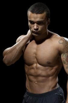 努力は報われる。彼の熱い体を披露するハンサムな若いボディービルダー