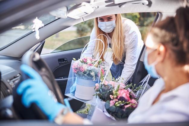 Трудолюбивые флористы доставляют цветы на дом