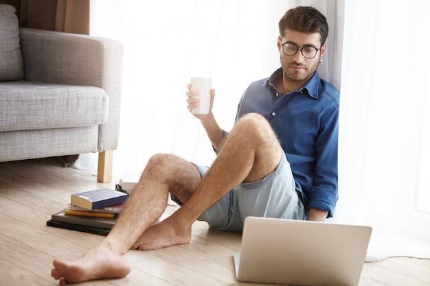 열심히 일하는 남성 과학 노동자 랩톱 컴퓨터에 대한 보고서를 준비