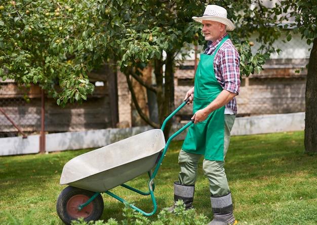 庭で勤勉な成熟した男