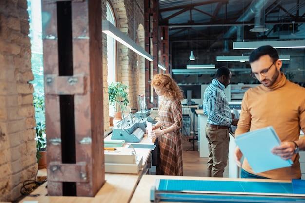 Трудолюбивые работники. трое трудолюбивых работников чувствуют себя занятыми во время работы в издательстве