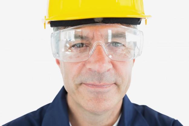 Механик, одетый в hardhat и защитные очки