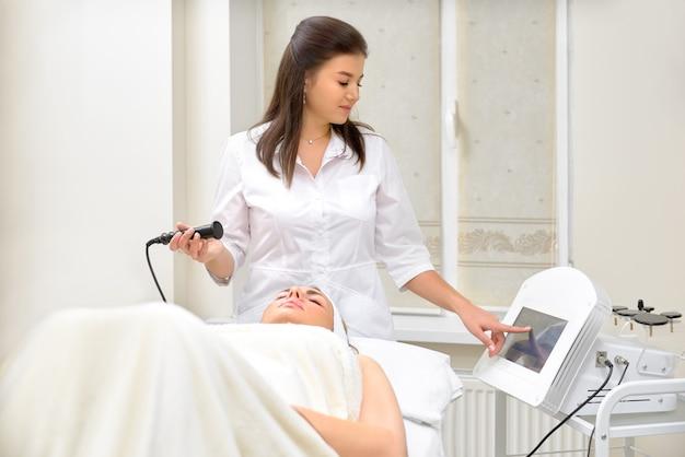 Аппаратная косметология. крупным планом счастливой молодой женщины с закрытыми глазами