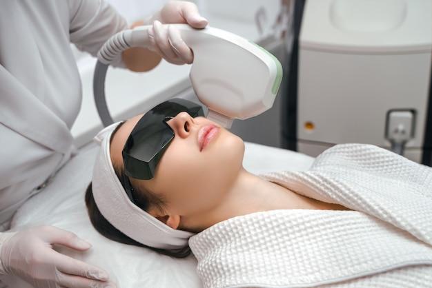 Аппаратная косметология. косметологическая процедура для лица. лифтинг ультраформера.