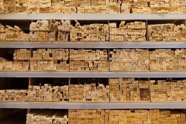 Строительный магазин: стеллажи с большими деревянными досками.