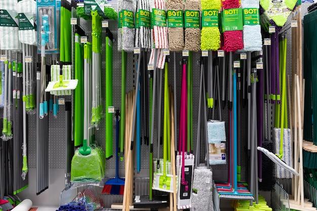 청소 용품을 포함한 청소 용품이있는 철물점.