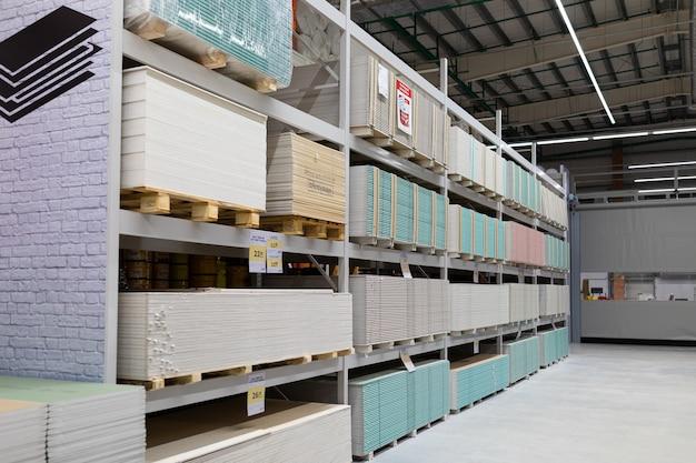 Строительный магазин со прилавками из гипсоволокнистого листа разных производителей.