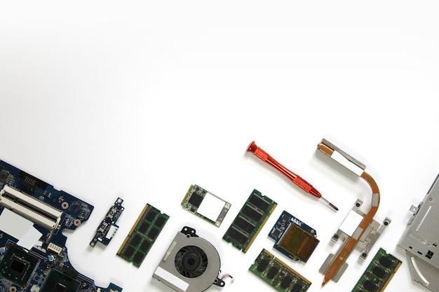 Аппаратный белый фон с компьютерными компонентами, такими как материнская плата, оперативная память, процессор и многие другие компоненты, вид сверху