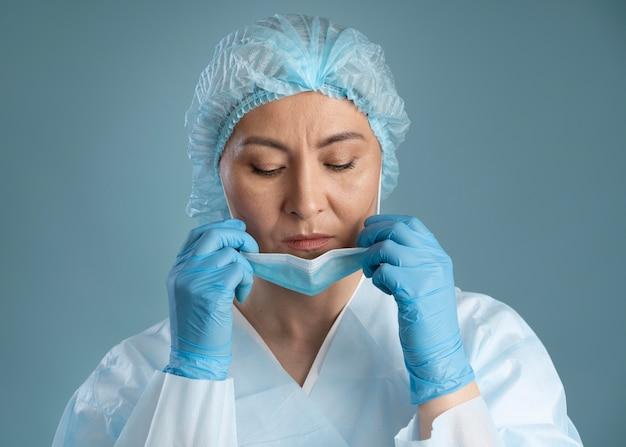 医療マスクを持つ勤勉な看護師