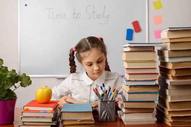 クラスでの勤勉な生徒の勉強、本を読む、タスクを書く