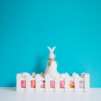 Lepre con uova su sfondo rosa