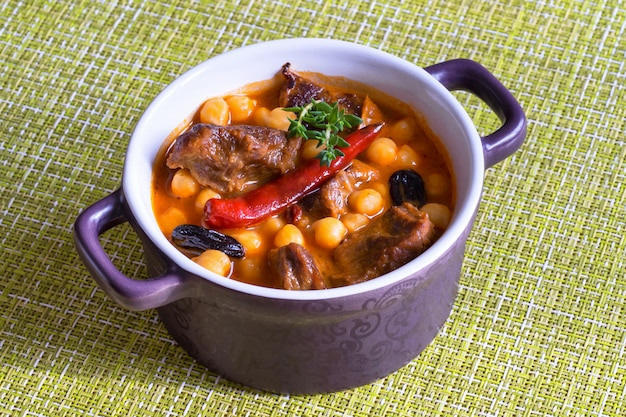 병아리 콩과 살구와 harissa 양고기. 모로코 음식.